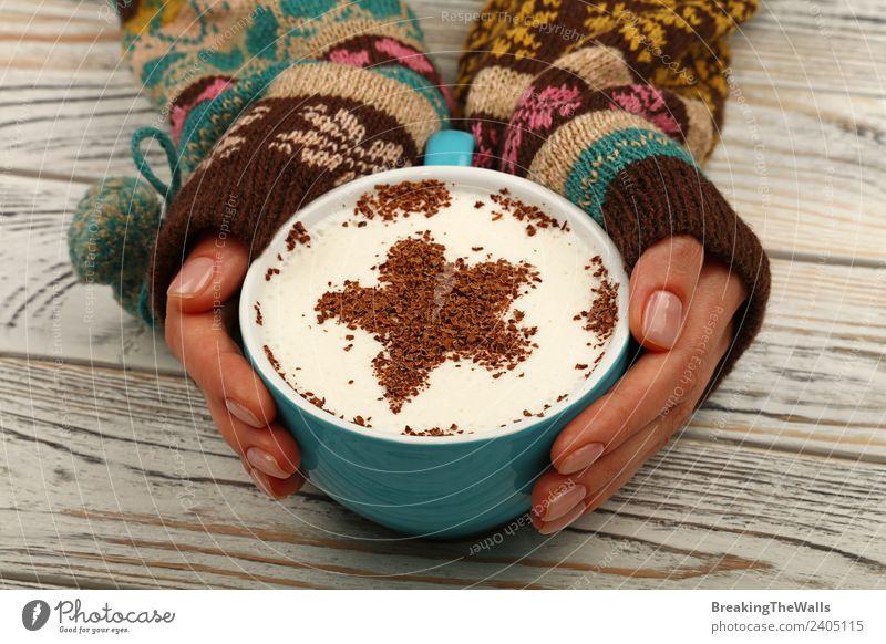 Nahaufnahme Frau Hände Umarmung Tasse Latte Cappuccino Kaffee Kaffeetrinken Getränk Heißgetränk Latte Macchiato Becher Tisch Erwachsene Hand 1 Mensch Holz