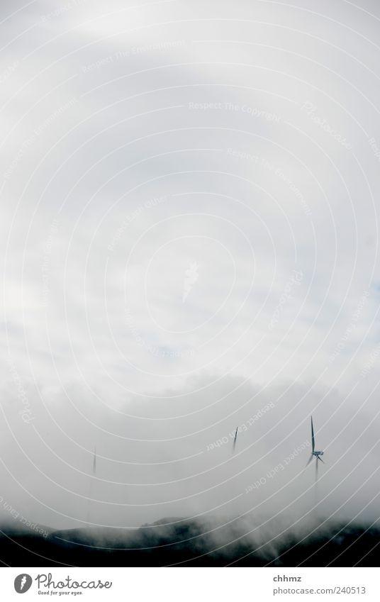 Windräder Himmel Wolken Herbst grau Energiewirtschaft bedrohlich Windkraftanlage Windrad alternativ beängstigend Erneuerbare Energie Energiekrise Wolkendecke Wolkenwand Nebelwand