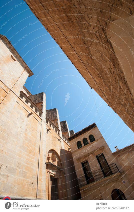 Ich will auch mal 'ne zett-Ecke Wolkenloser Himmel Sommer Schönes Wetter Kirche Mauer Wand Balkon Sehenswürdigkeit alt Sandstein Naturstein blau braun Geländer