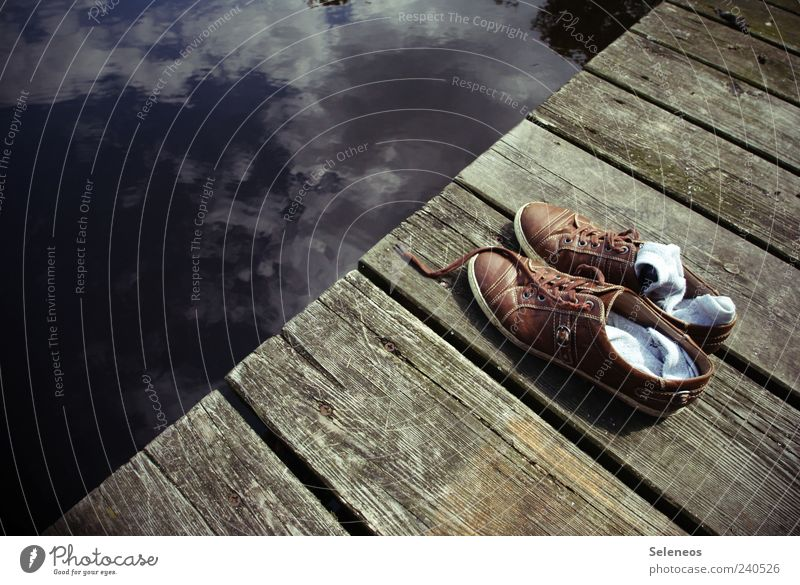 Päuschen am See Himmel Wasser Ferien & Urlaub & Reisen Sommer Wolken Holz braun Schuhe natürlich Pause Schönes Wetter Symbole & Metaphern Steg Strümpfe Badesee