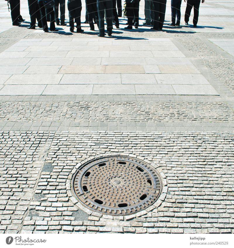 untergrundarmee Tourismus Sightseeing Städtereise Mensch Menschengruppe Menschenmenge stehen Gully Untergrund Kopfsteinpflaster Farbfoto Außenaufnahme warten
