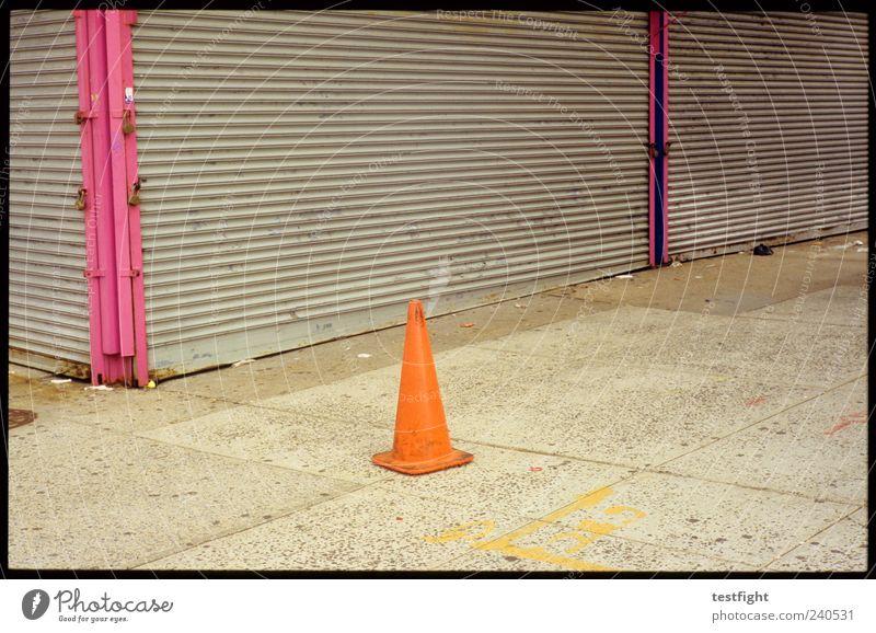 hütchen Menschenleer Schilder & Markierungen trist geschlossen Leerstand einfach Bürgersteig orange Farbfoto Außenaufnahme Detailaufnahme Tag Verkehrsleitkegel