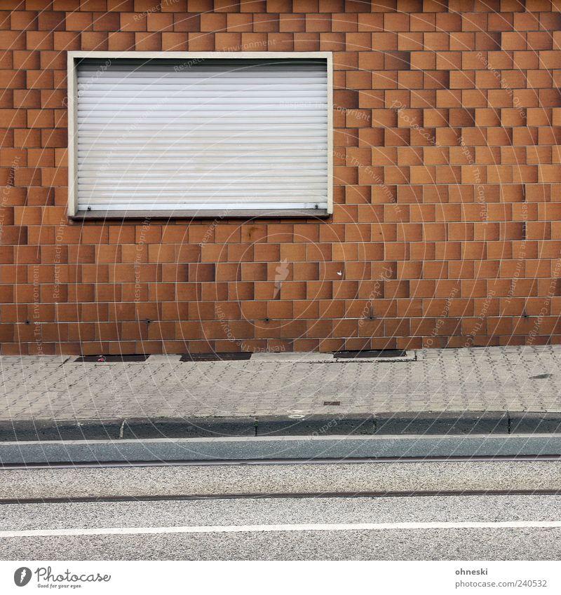 Sonnenuntergang Haus Fenster Wand Architektur Mauer Gebäude Fassade geschlossen trist Bauwerk Bürgersteig Fliesen u. Kacheln hässlich Jalousie Rollladen