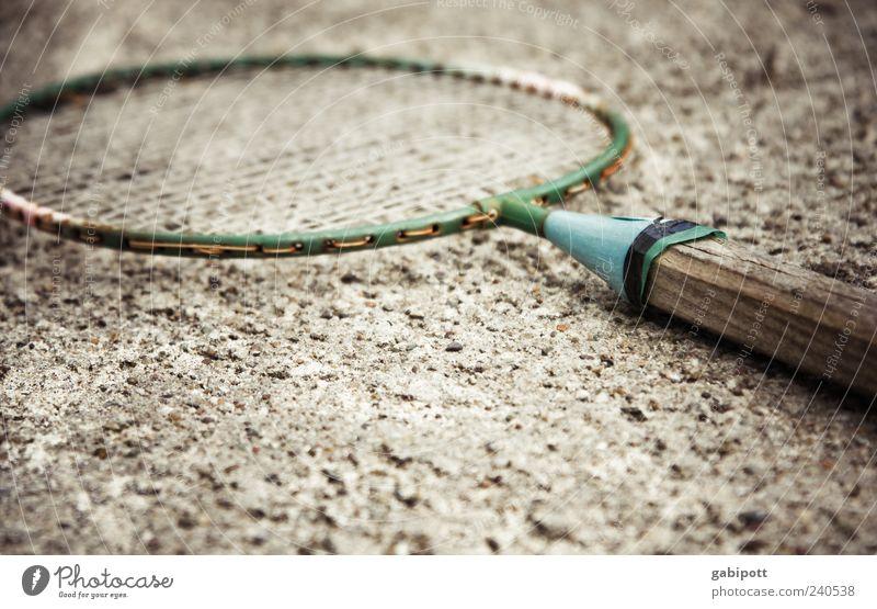 ich schlag mich so durch Freizeit & Hobby Spielen Badminton Sport retro braun vergessen Holz alt Gedeckte Farben Außenaufnahme Menschenleer Tag Licht Schatten