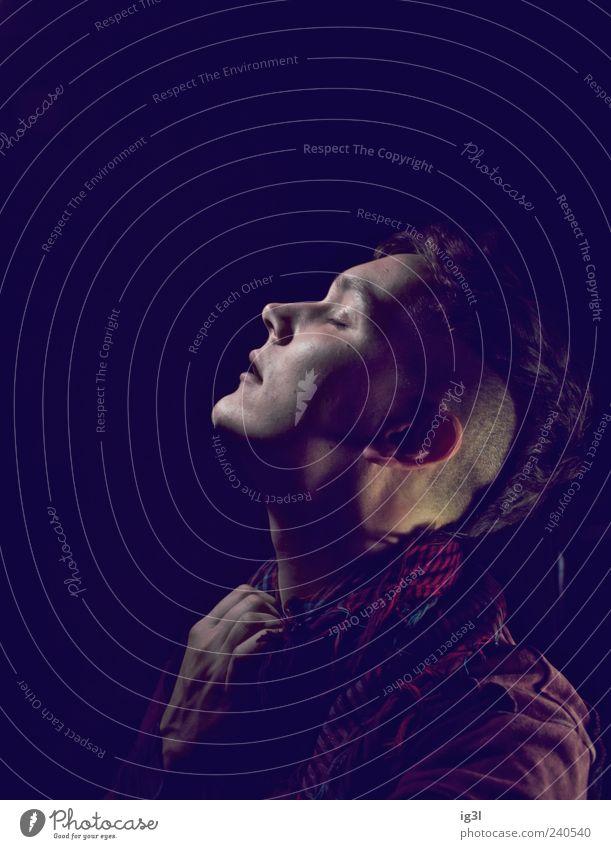 schwarzatmen Junger Mann Jugendliche 1 Mensch 18-30 Jahre Erwachsene festhalten Leben Platzangst Farbfoto Textfreiraum oben Profil geschlossene Augen Hals eng