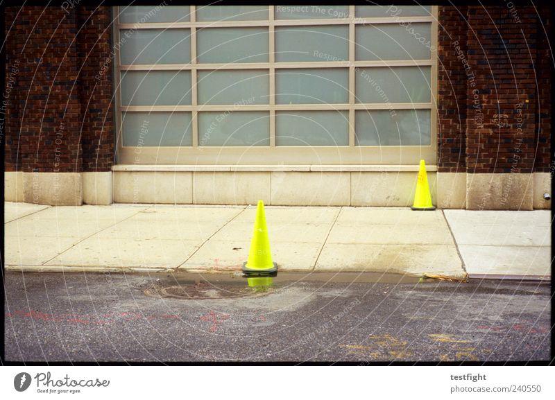 neongelb Menschenleer Mauer Wand Fassade Verkehrswege Straße Schilder & Markierungen Hinweisschild Warnschild Sicherheit neonfarbig Farbfoto Tag Warnhinweis