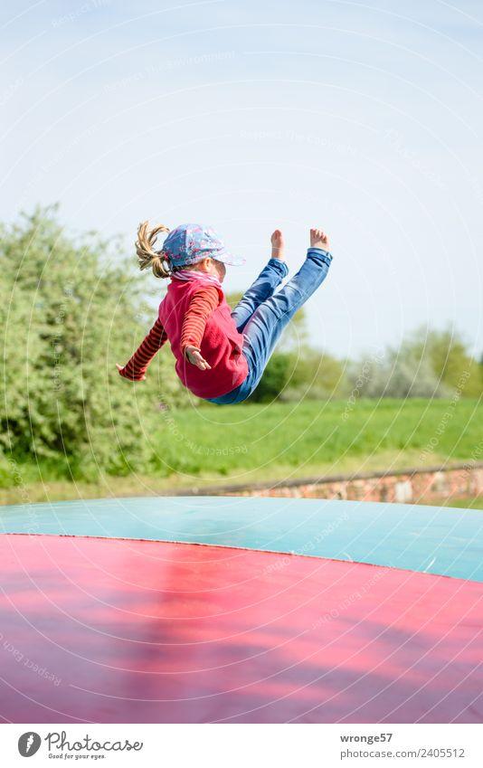 Losgelöst Kind Mensch blau grün rot Freude Mädchen feminin Spielen fliegen springen Kindheit sportlich Kleinkind Spielplatz hüpfen