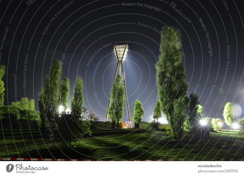 Crime Scene Freizeit & Hobby Expedition Sportveranstaltung Stadion Natur Nachthimmel Park Hügel Menschenleer Bauwerk leuchten groß grün Gefühle Stimmung Kraft