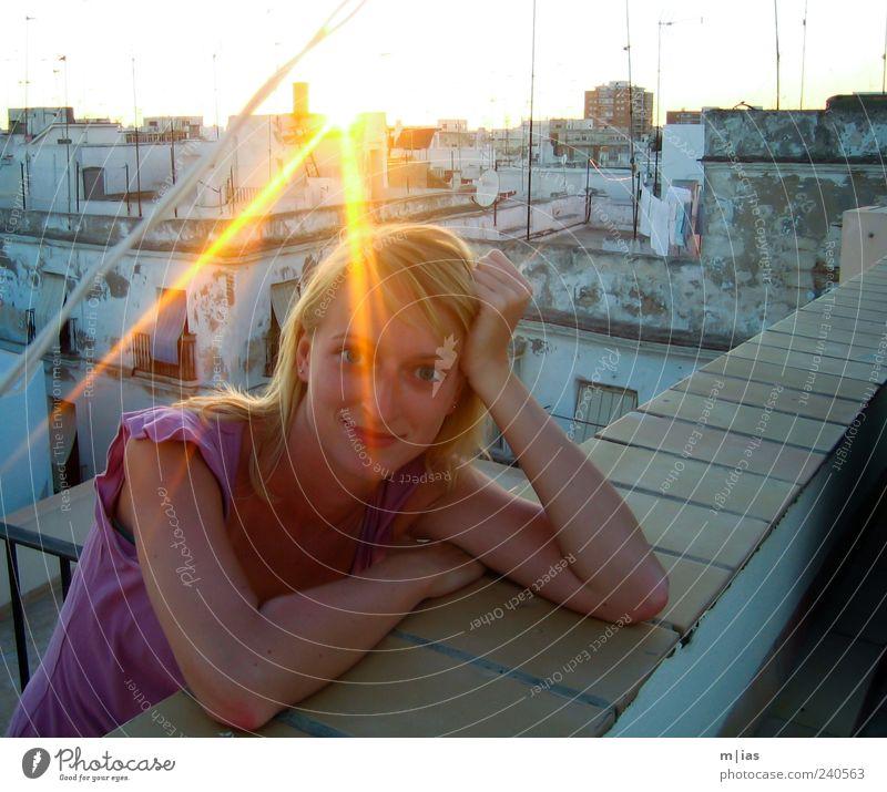 Souvenir Frau Mensch Jugendliche Stadt Sonne Sommer Ferien & Urlaub & Reisen Erholung feminin Wand Mauer Erwachsene träumen blond glänzend Tourismus