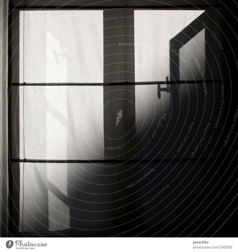 Draußen Sonne Fenster Vorhang Schlafzimmer Fensterladen Sonnenlicht zurückziehen Kontrast Schattenspiel Stoff Raffrollo Rollo hell dunkel mystisch Rätsel