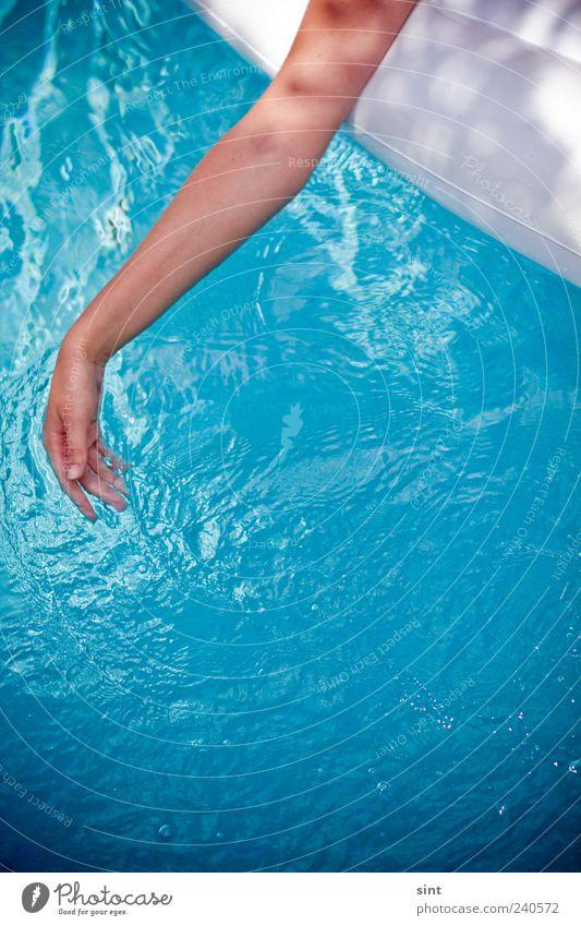 abkühlung Mensch Jugendliche blau Wasser Hand Ferien & Urlaub & Reisen Sommer ruhig Erholung feminin träumen Junge Frau Schwimmen & Baden Zufriedenheit liegen