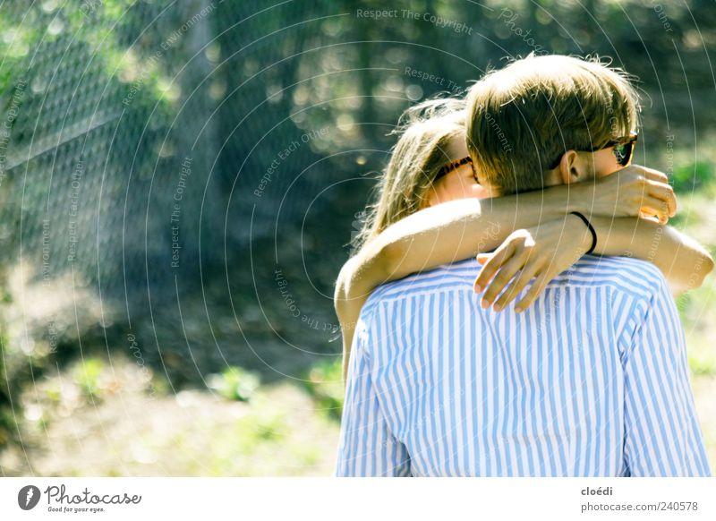 liebevoll Mensch maskulin Junge Frau Jugendliche Junger Mann Erwachsene Partner Arme 2 18-30 Jahre Hemd Sonnenbrille blond berühren Liebe Blick Umarmen Glück