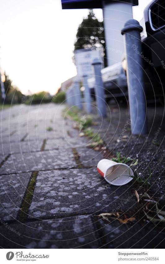 Müll im Fokus weiß Wege & Pfade grau Horizont dreckig Armut kaputt Säule Tiefenschärfe Pflastersteine Durst Pfosten Becher hässlich bequem