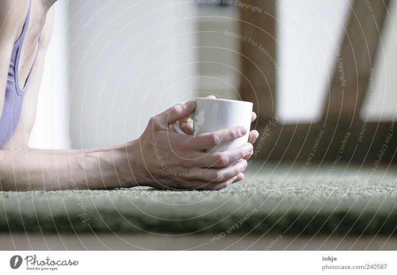 rumliegen und Kaffee trinken Wohlgefühl Erholung ruhig Häusliches Leben Wohnung Wohnzimmer Teppich Erwachsene Hand 1 Mensch Tasse Becher festhalten machen