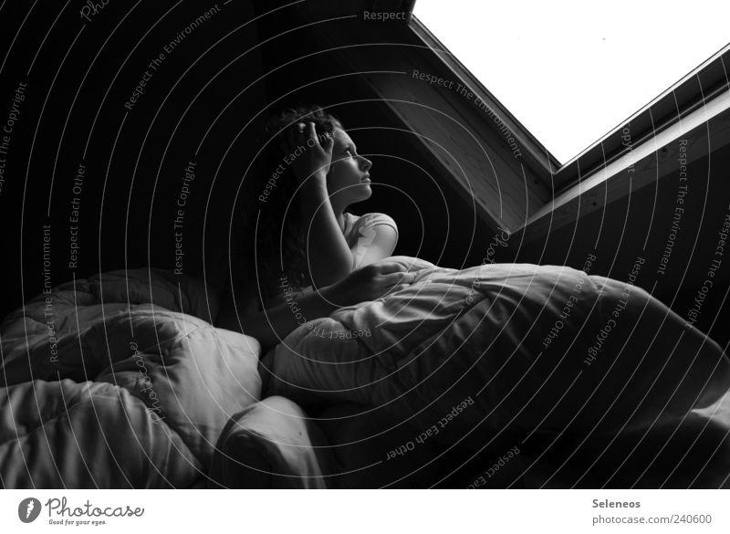 Mittagsstund Mensch Fenster feminin Kopf träumen Junge Frau Raum Arme sitzen schlafen Häusliches Leben Bett beobachten Decke kuschlig Kissen