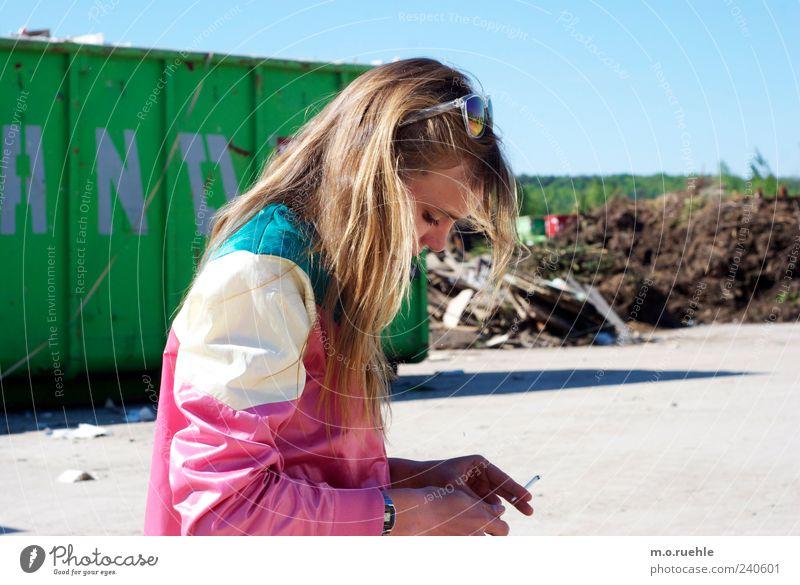 WorldEndParty/14 (Soldaten nahezu ganze Armeen) Stil feminin Junge Frau Jugendliche Haare & Frisuren Gesicht Auge Mensch Jacke blond Rauchen Traurigkeit schön