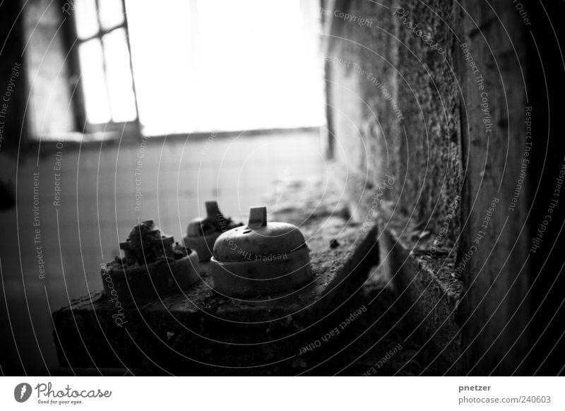 Verfall alt weiß Einsamkeit schwarz Haus dunkel Wand Gefühle Mauer Gebäude Angst außergewöhnlich dreckig kaputt trist Ende