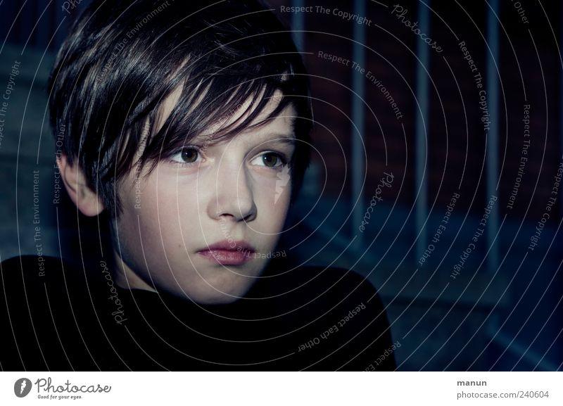 nix zu lachen Mensch Kind Jugendliche Einsamkeit schwarz Gesicht dunkel Gefühle Junge Haare & Frisuren klein Kopf Traurigkeit Denken träumen Kindheit