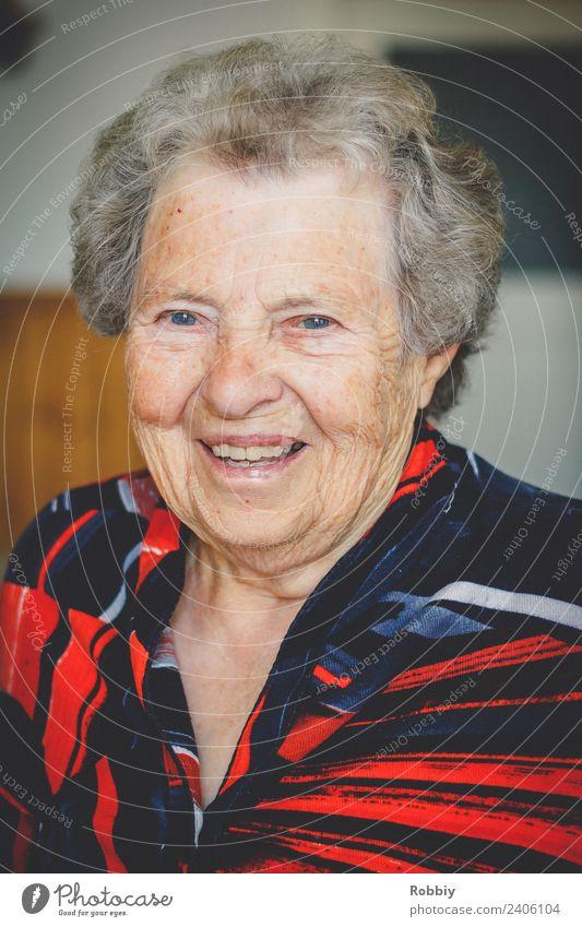 Großmütterchen V feminin Frau Erwachsene Weiblicher Senior Großeltern Großmutter Leben 1 Mensch 60 und älter Lächeln alt authentisch Freundlichkeit Fröhlichkeit