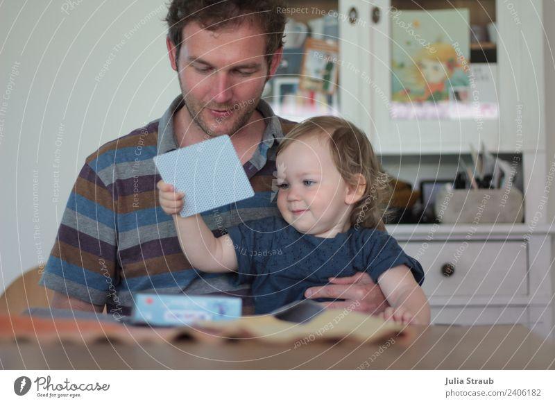 Vater Tochter memory spielen sitzen grinsen maskulin feminin Kleinkind Mädchen Mann Erwachsene Familie & Verwandtschaft Leben 2 Mensch 1-3 Jahre 30-45 Jahre