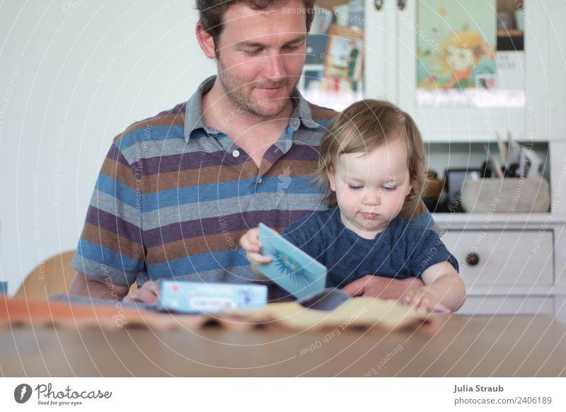 Vater Kind Mädchen Memory spielen maskulin feminin Kleinkind Mann Erwachsene Familie & Verwandtschaft 2 Mensch 1-3 Jahre 30-45 Jahre T-Shirt brünett sitzen
