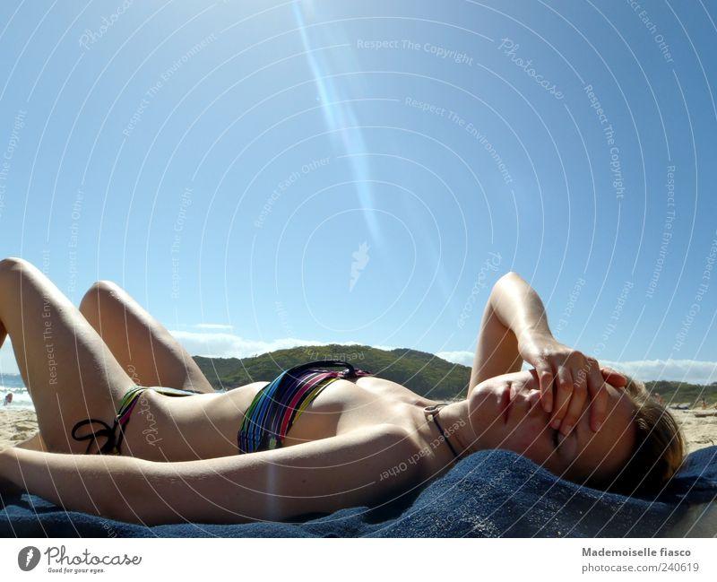 Blendende Hitze II Mensch Jugendliche Ferien & Urlaub & Reisen blau Sommer Erholung Junge Frau Strand 18-30 Jahre Erwachsene feminin liegen braun Haut Zufriedenheit Schönes Wetter