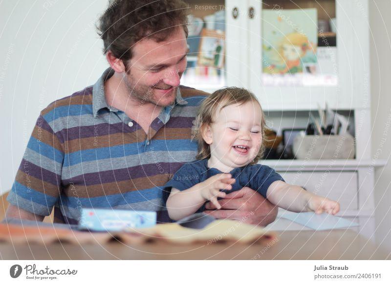 Vater Tochter Mädchen Memory spielen lachen spass Mensch Mann blau Freude Erwachsene Leben lustig feminin Familie & Verwandtschaft Zeit klein Spielen