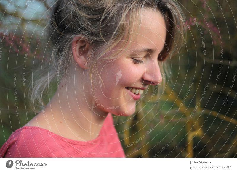 frau schön rot blond natur sträucher lachen feminin Frau Erwachsene 1 Mensch 30-45 Jahre T-Shirt langhaarig Pony Zopf Lächeln Glück positiv grün Zufriedenheit