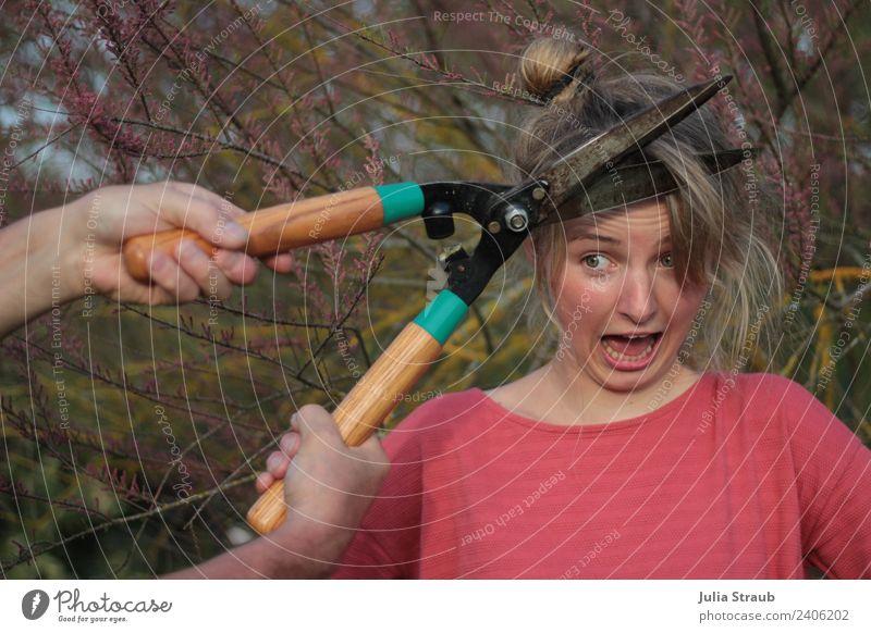 Friseur Hilfe Frau Schere Hände feminin Erwachsene 1 Mensch 18-30 Jahre Jugendliche Garten brünett blond Pony Zopf Gartenschere schreien bedrohlich verrückt