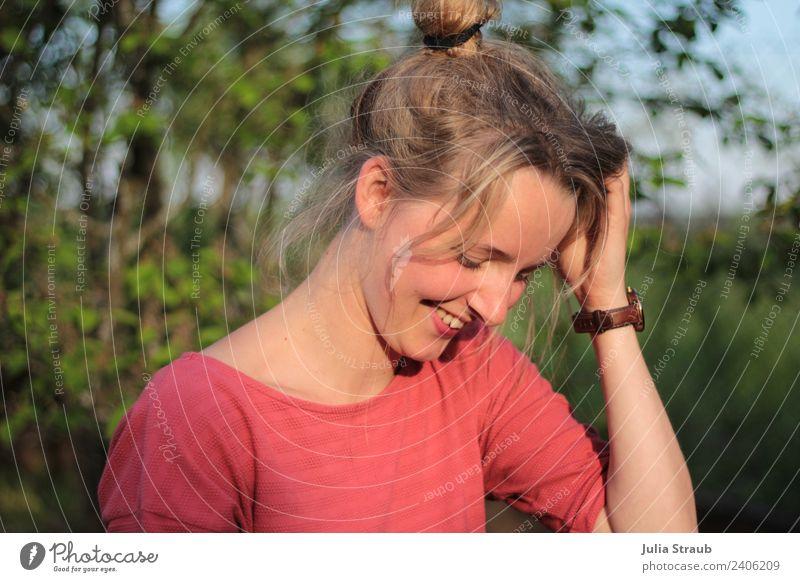 Garten Sonne Frau schön Rot Grün Blatt feminin Erwachsene 1 Mensch 30-45 Jahre Natur Frühling Schönes Wetter Wärme Grünpflanze T-Shirt Armbanduhr blond Pony