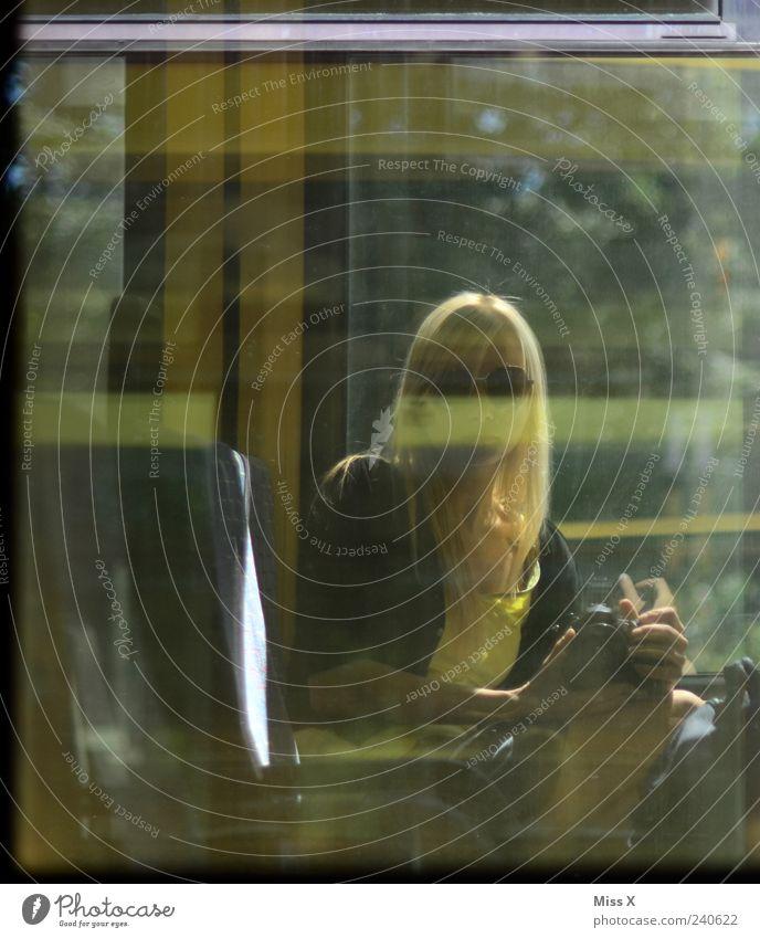 Spiegel Mensch feminin Junge Frau Jugendliche 1 18-30 Jahre Erwachsene blond langhaarig außergewöhnlich Spiegelbild Fotografieren Sitz Bus Eisenbahn Farbfoto