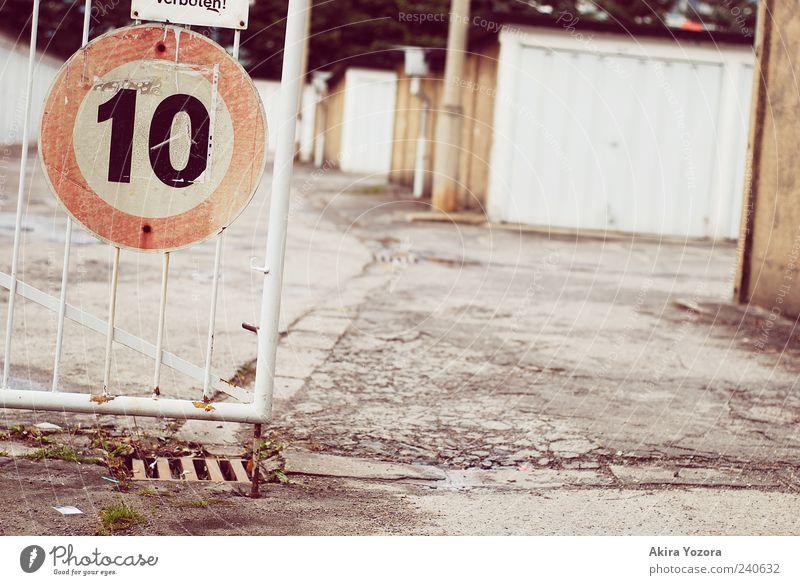 Zehn alt grau braun stehen Sicherheit retro Schutz silber Garage Verkehrsschild Verkehrszeichen Garagentor
