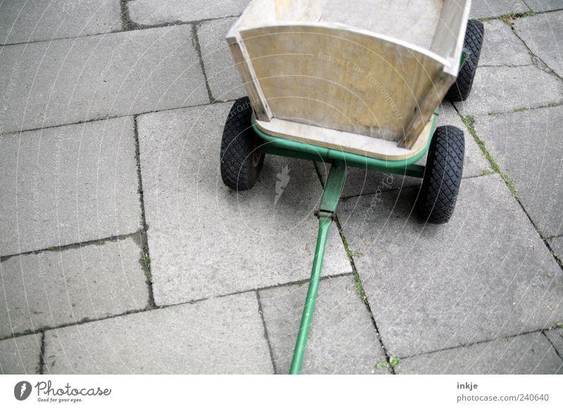 Vatertag ist für dieses Jahr gelaufen Platz Terrasse Steinplatten Verkehr Handwagen Gummireifen Beton Holz Metall Stahl Linie alt stehen einfach braun grau grün
