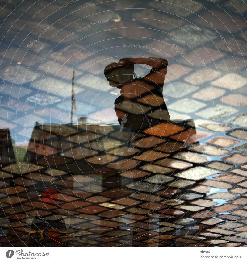 Zwischen Erde und Himmel Himmel Mann Haus Erwachsene Stein Gebäude maskulin skurril Kopfsteinpflaster Doppelbelichtung Pfütze Fotograf Pflastersteine Fotografieren Beruf Wasser