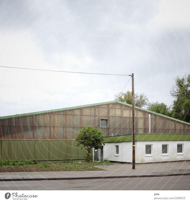 tennishalle Sportstätten Sporthalle Himmel Wolken schlechtes Wetter Pflanze Baum Gras Grünpflanze Bauwerk Gebäude Architektur Halle Mauer Wand Fenster Tür Dach