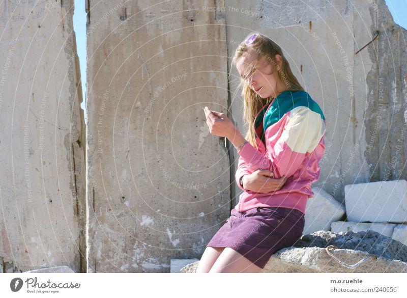 WorldEndParty/13 (Soldaten nahezu ganze Armeen) Jugendliche Erwachsene feminin Gefühle Haare & Frisuren Kopf Stil Traurigkeit träumen Stimmung Junge Frau blond