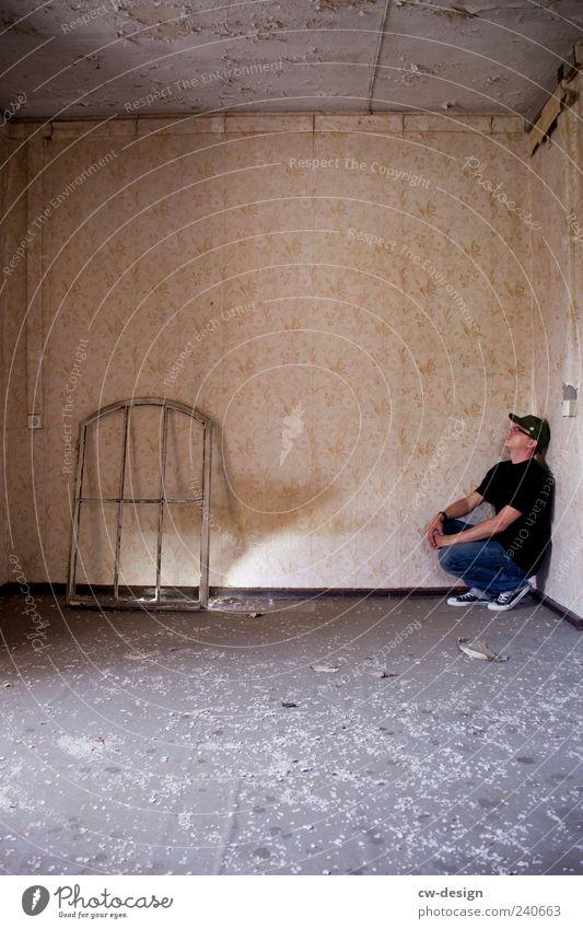 Am Fenster Mensch Jugendliche alt ruhig Haus Erwachsene Fenster Wand grau Mauer dreckig warten Junger Mann maskulin kaputt retro