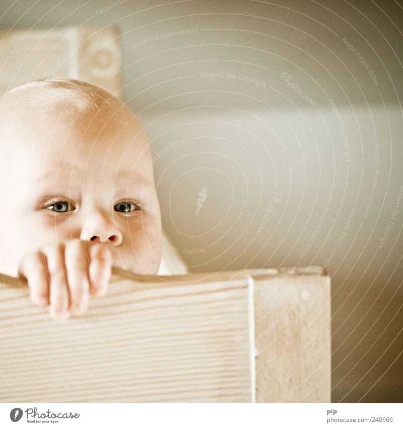 ich bin wieder vor euch wach! Mensch Kind Hand Auge Holz Kopf Gesundheit Baby Bett festhalten Neugier wach Gesicht Gefühle Babybett