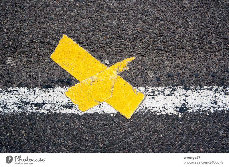 zeitlos | Pflaster drauf Straße Schilder & Markierungen Stadt gelb schwarz weiß Fahrbahn Fahrbahnmarkierung Kreuz Querformat Asphalt Farbfoto mehrfarbig