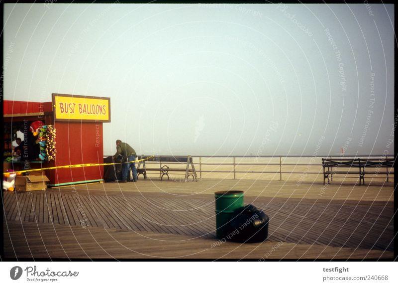 vorsaison Ferien & Urlaub & Reisen Tourismus Ausflug Sommerurlaub Strand maskulin 1 Mensch Natur Sand Nebel Küste Coney Island Farbfoto Dämmerung Platz