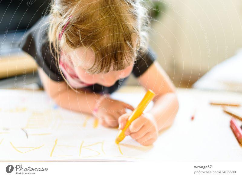 Mädchen beim schreiben mit einem gelben Stift schreibend zeichnen Mensch feminin Kind Kleinkind Kindheit 1 3-8 Jahre Papier Schreibstift nah natürlich