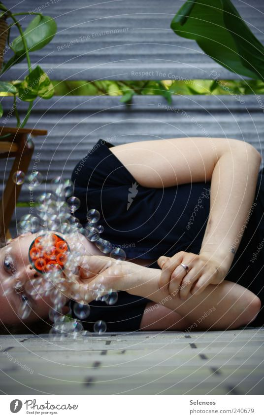Pustekuchen Mensch Natur Pflanze Sommer Umwelt Spielen Kopf liegen Freizeit & Hobby Arme Häusliches Leben T-Shirt Schönes Wetter Balkon blasen Seifenblase