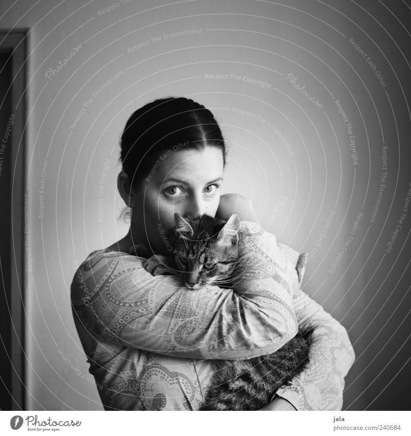 lieb haben Frau Mensch Liebe Tier feminin Katze Freundschaft Zusammensein Erwachsene stehen Vertrauen Warmherzigkeit Haustier Umarmen Kuscheln Sympathie