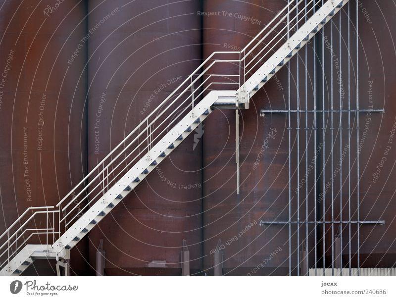 Schokoladenfabrik alt weiß oben Metall Treppe groß Treppengeländer Stahl Rost aufwärts steil Ausgang Industrieanlage Silo Detailaufnahme