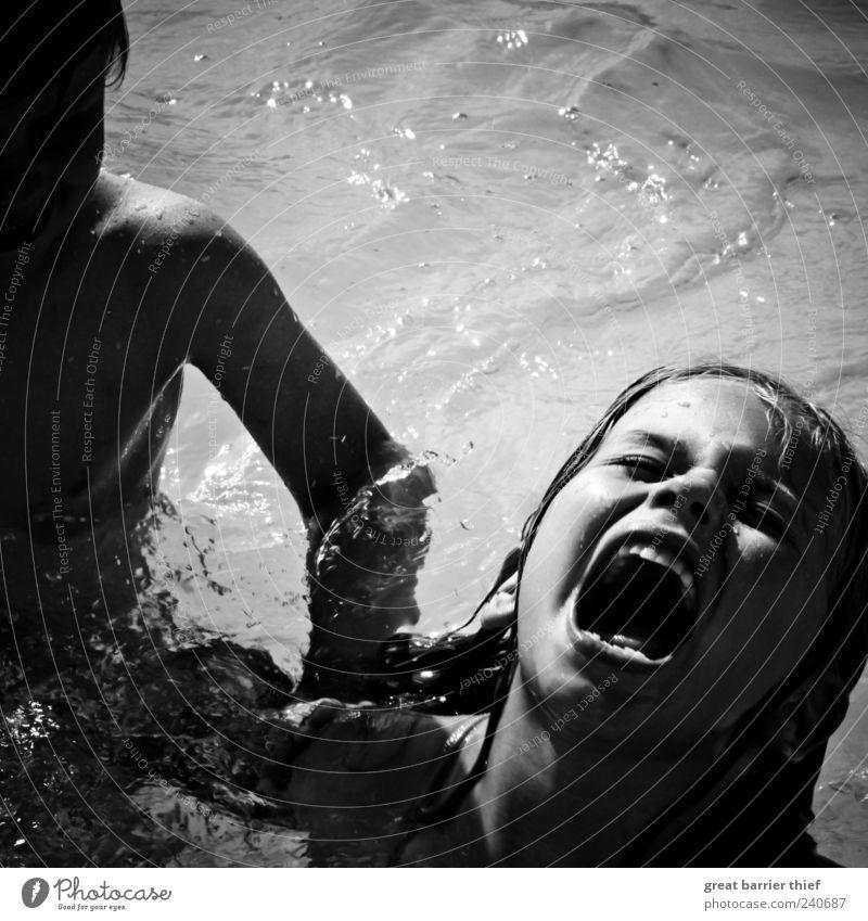 Junge Mädchen Schrei Kampf Mensch Kind Wasser Sommer Schwimmen & Baden Kindheit maskulin Schwimmbad Kleinkind Wut Gewalt schreien kämpfen