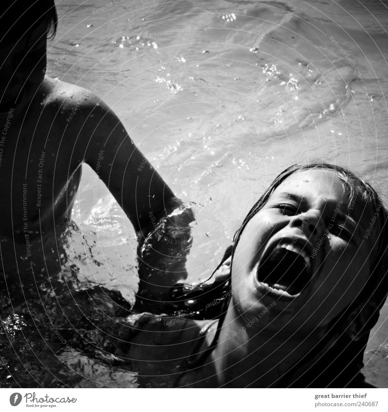 Junge Mädchen Schrei Kampf Mensch maskulin Kind Kleinkind Geschwister Bruder Schwester Kindheit 2 3-8 Jahre Sommer Wasser schreien Schwimmen & Baden Wut