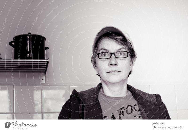 Zwischenzeiten Mensch Frau Erwachsene Leben Stimmung Häusliches Leben Brille beobachten einzigartig 45-60 Jahre Sehnsucht Fliesen u. Kacheln Mütze Topf