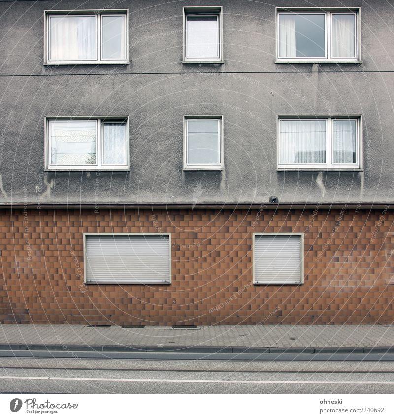 Bonjour Tristesse Haus Bauwerk Gebäude Architektur Mauer Wand Fassade Fenster grau Traurigkeit Sorge Einsamkeit Jalousie Bürgersteig Farbfoto Gedeckte Farben