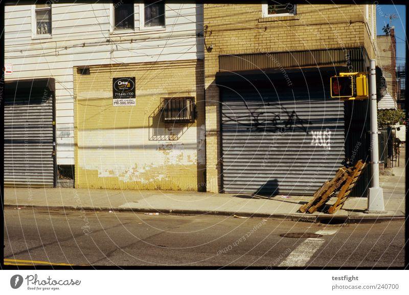 paletten alt Stadt Straße Wand Holz Mauer Gebäude Graffiti Armut Fassade authentisch Verkehrswege Ampel New York City Straßenkreuzung Stadtrand