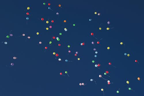 Bunte Luftballons am Himmel Zeichen rund mehrfarbig Gefühle Stimmung Glück Lebensfreude Liebe Romantik Beginn Energie Freiheit Freude Unendlichkeit hoch Höhe